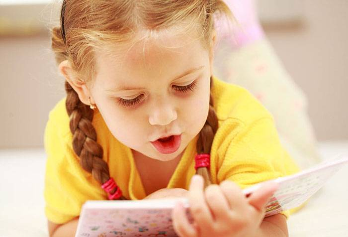 Девочка читает вслух