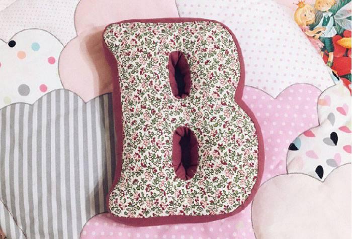 Подушка в виде буквы В