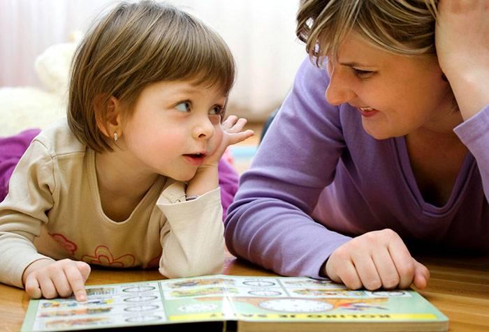 Ребенок с мамой обсуждает прочитанное