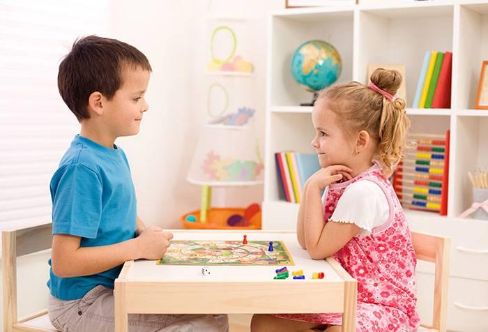 Дети за настольной игрой