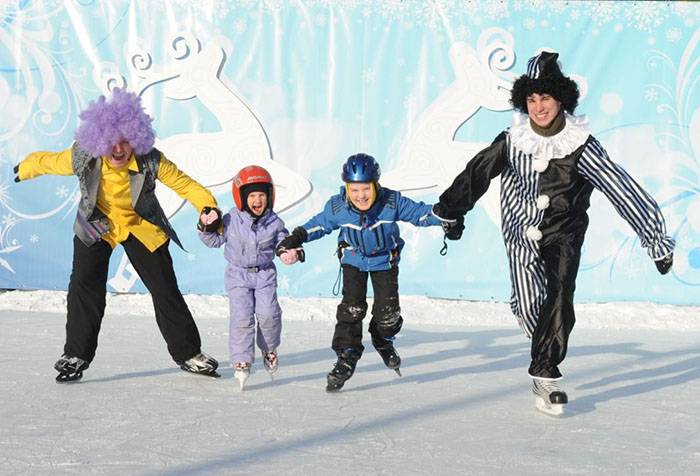 Аниматоры учат детей кататься на коньках