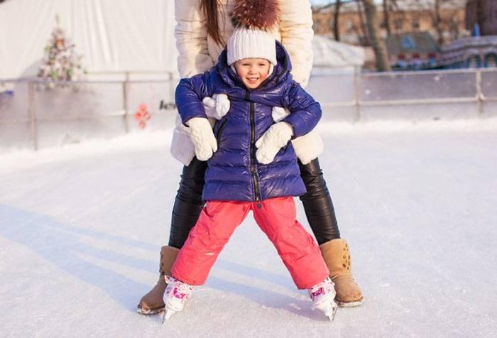 Ребенок первый раз катается на коньках