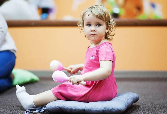 Трехлетняя девочка с маракасами