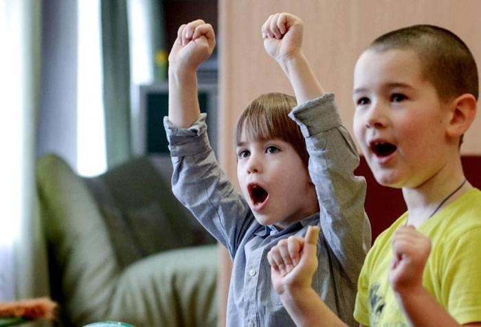 Дети выполняют упражнение по логоритмике