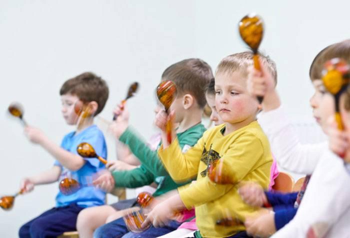 Дети играют на деревянных ложках