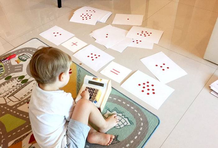 Ребенок с карточками Домана