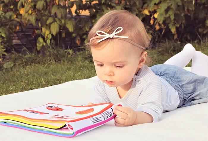 Маленькая девочка с детской книжкой