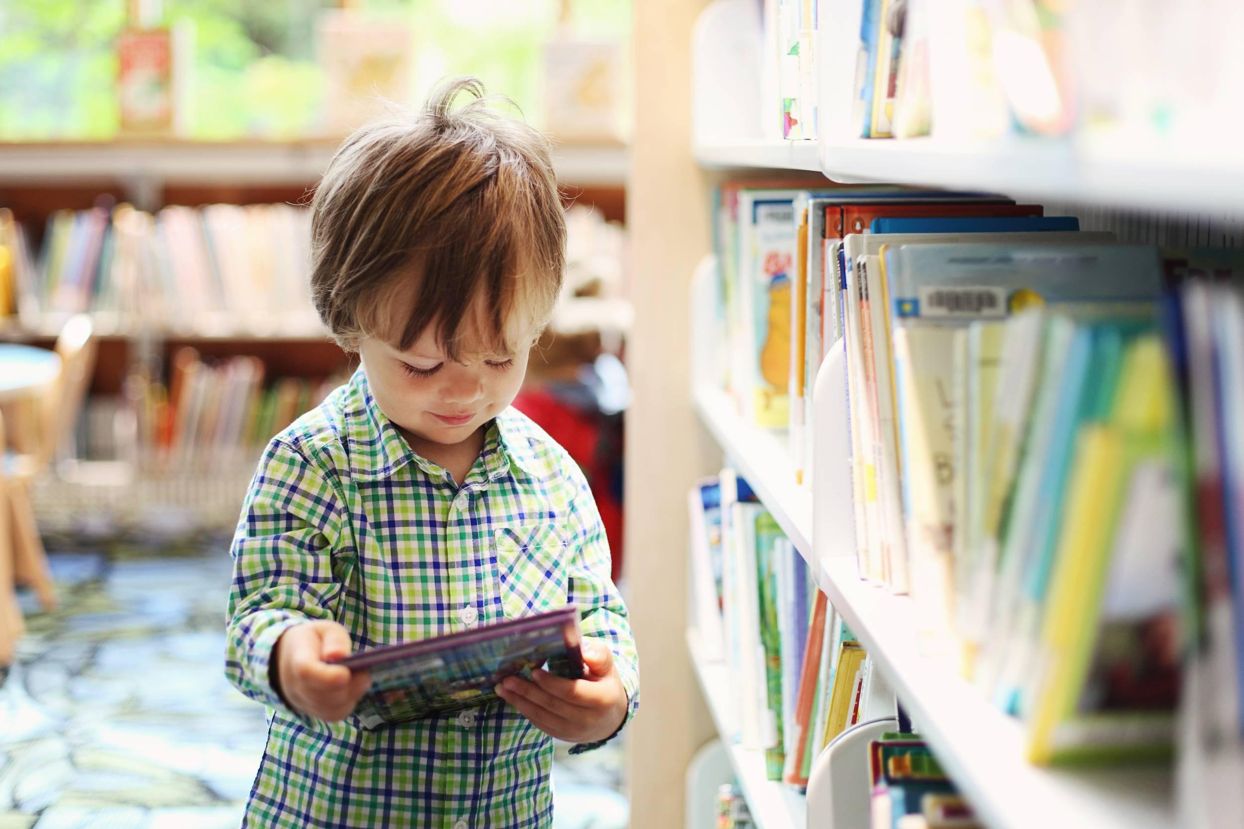 Ребенок с детской книжкой