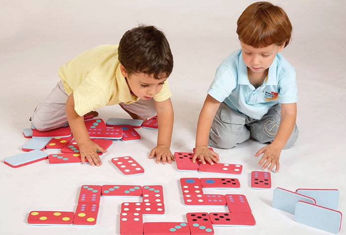 Дети играют в домино