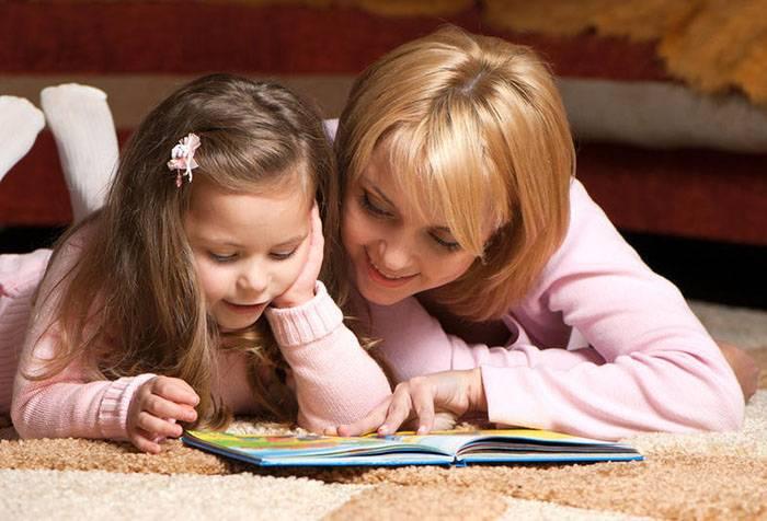 Мама с дочкой читают книгу