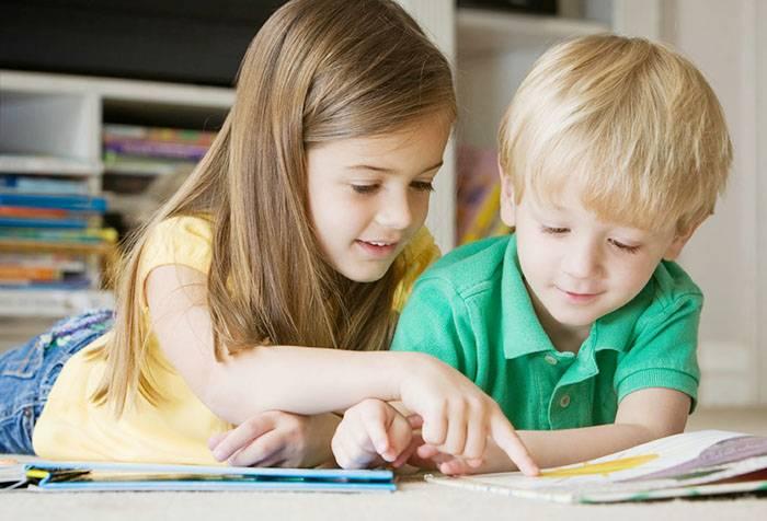 Девочка пересказывает брату книгу