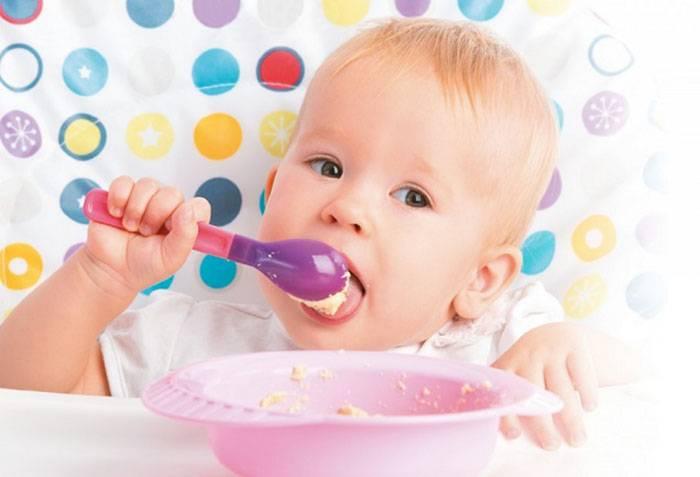 Ребенок ест ложкой самостоятельно