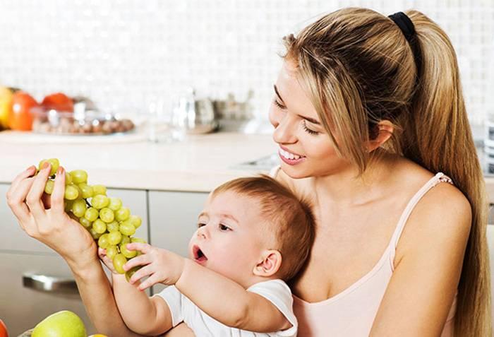 Ребенок тянется к винограду