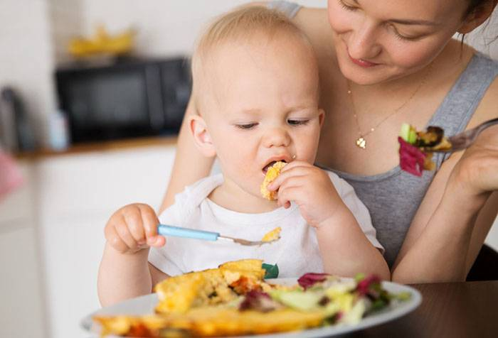 Ребенок ест из маминой тарелки