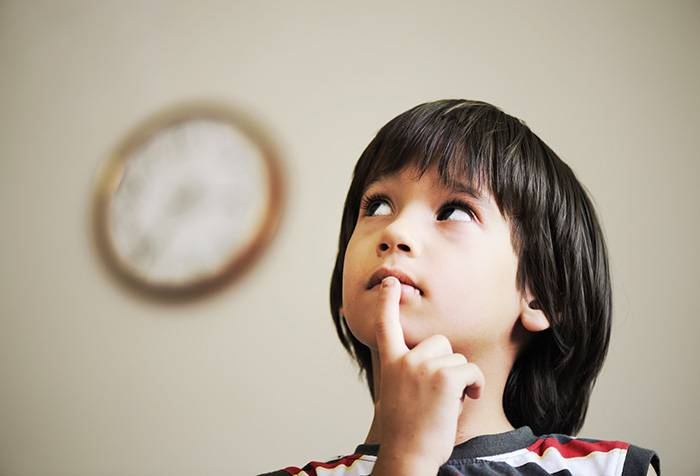 Ребенок пытается определить время