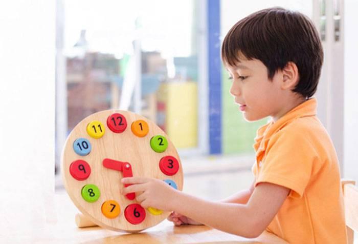 Ребенок с игрушечными часами