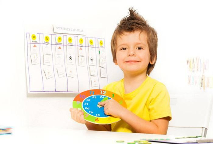 Ребенок учится определять время