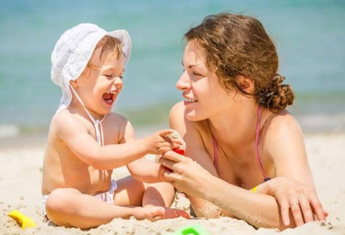 Мама с трехлетней дочкой на пляже
