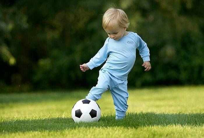 Двухлетний ребенок с мячом