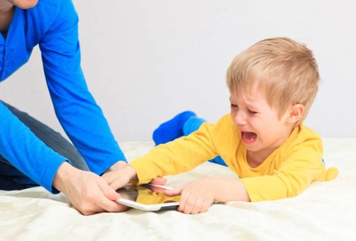 Трехлетний ребенок капризничает