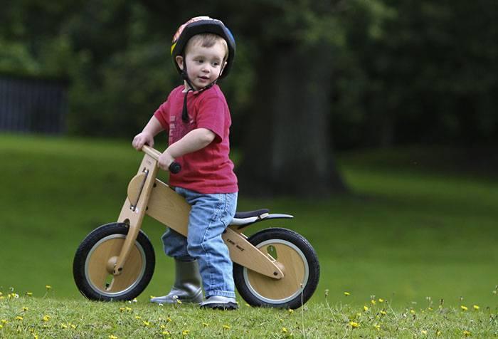Трехлетний ребенок с велосипедом