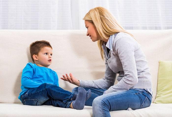 Мама разговаривает с пятилетним ребенком