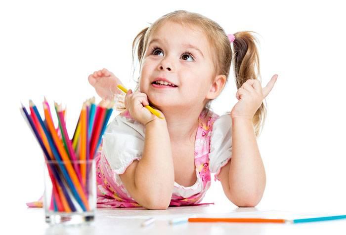 Пятилетняя девочка рисует