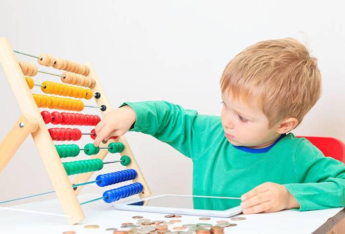 Ребенок со счетами