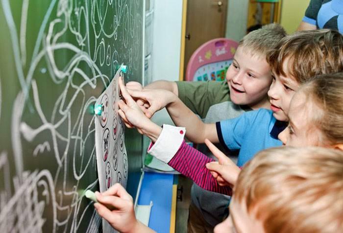 Дети играют в школе