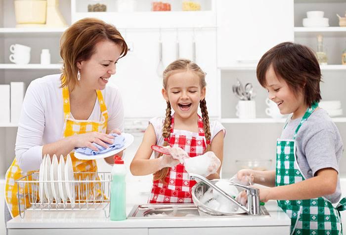 Дети с мамой моют посуду