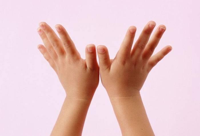 Ребенок занимается пальчиковой гимнастикой