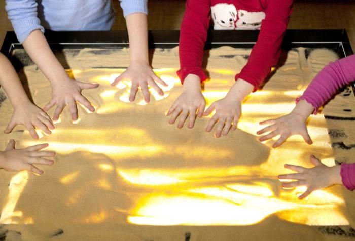 Дети на сеансе песочной терапии