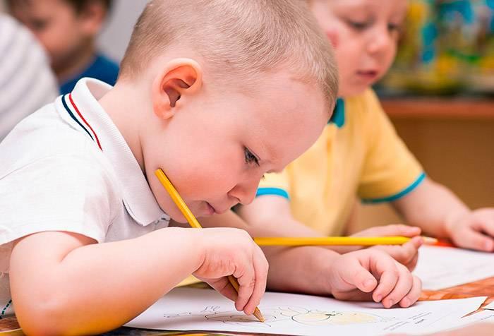 Ребенок учится рисовать карандашом
