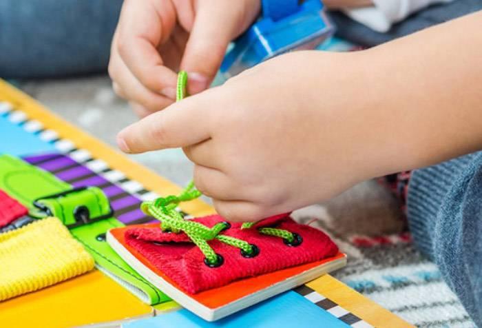 Ребенок учится шнуровать