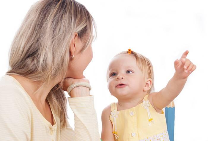 Мама разговаривает с дочкой