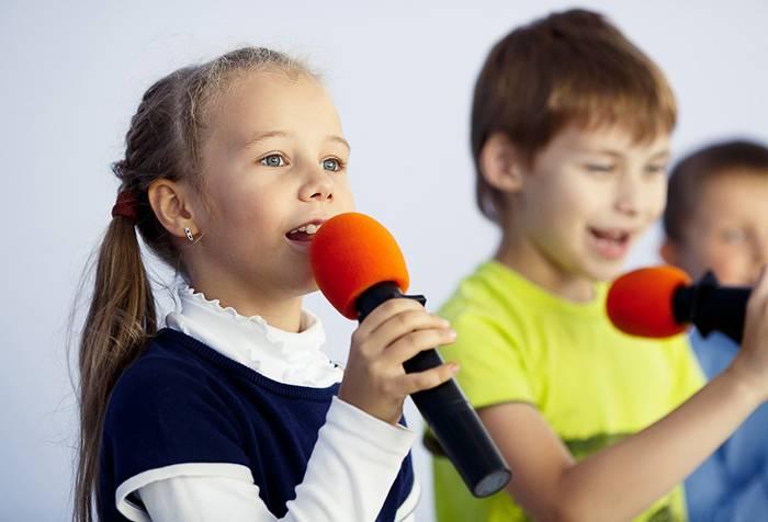 Дети выступают на сцене
