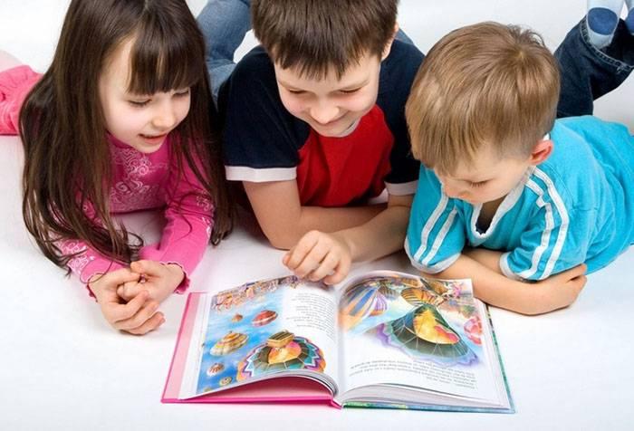 Дети рассматривают книжку