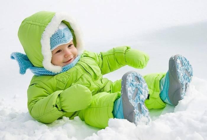 Ребенок на зимней прогулке