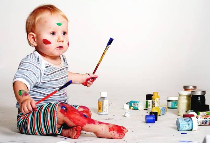 Годовалый ребенок рисует