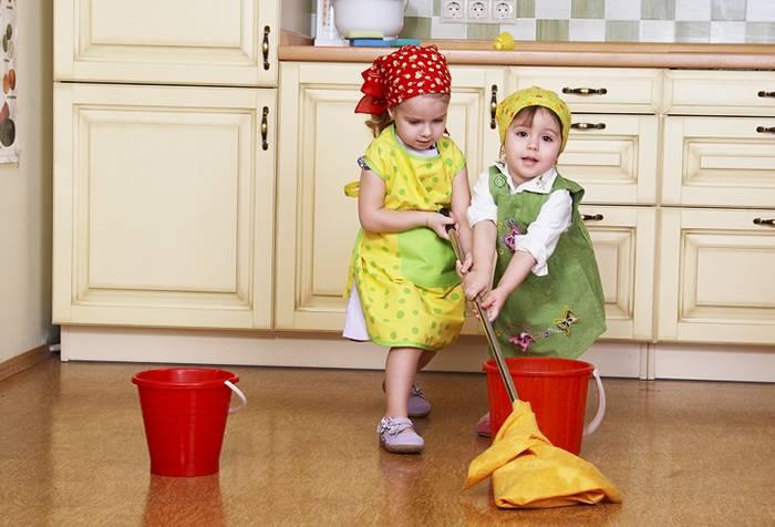 Дети моют пол