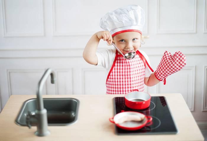 Ребенок играет в повара