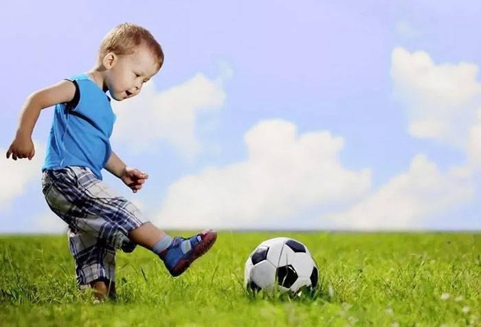 Двухлетний мальчик с мячом