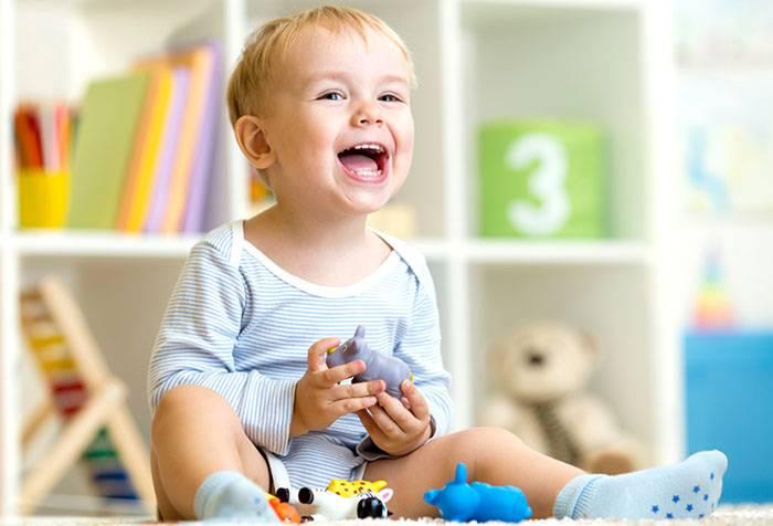 Ребенок играет на полу