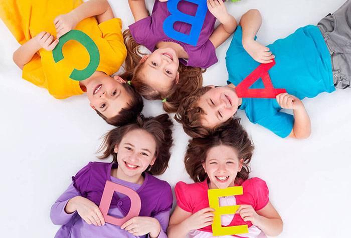 Дети с буквами английского алфавита