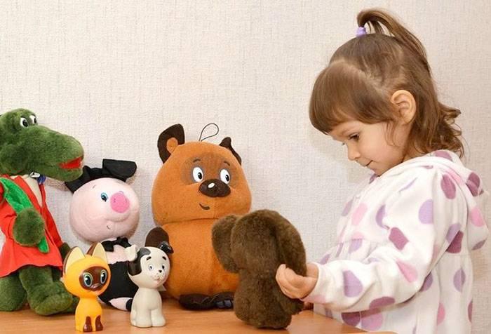 Девочка с мягкими игрушками