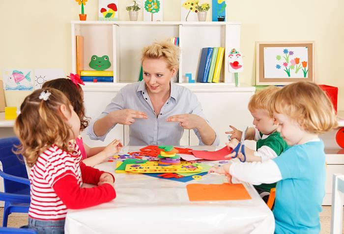 Логопед занимается с детьми 3 лет