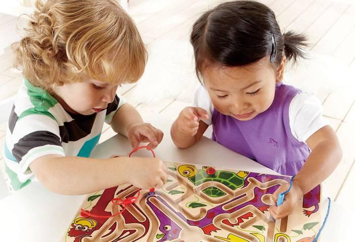 Дети играют с лабиринтом