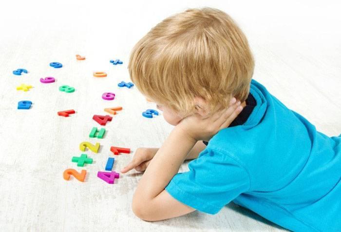 Ребенок изучает математику