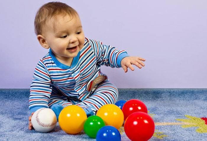 Ребенок с разноцветными мячиками