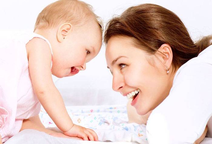 Малыш общается с мамой